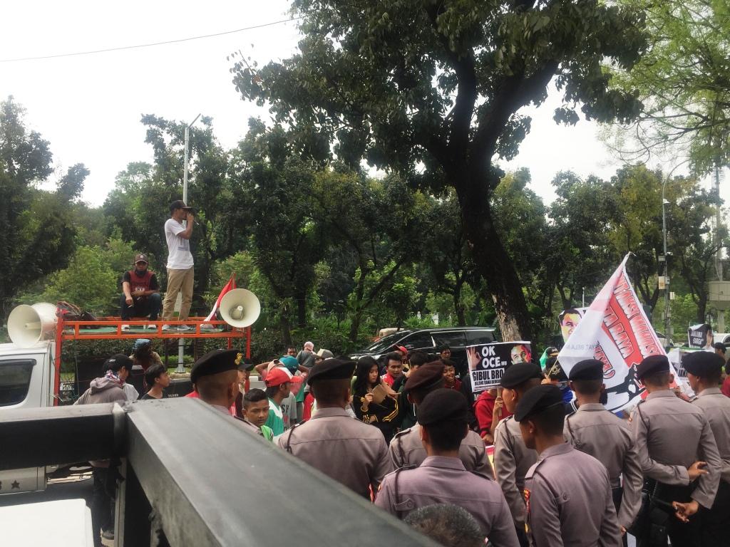 Front Aksi Mahasiswa Jakarta Raya (FAM Jaya) berdemo depan di Balai Kota DKI Jakarta. Foto: Medcom.id/Intan Yunelia.