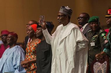 Presiden Nigeria Muhammadu Buhari (tengah) dalam sebuah acara di