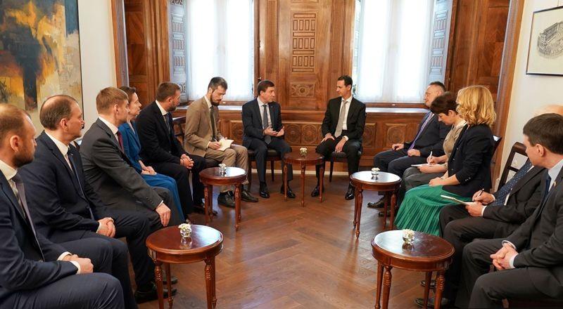 Presiden Suriah Bashar al-Assad saat bertemu anggota parlemen Rusia Dmitry Sablin (Foto: AFP).