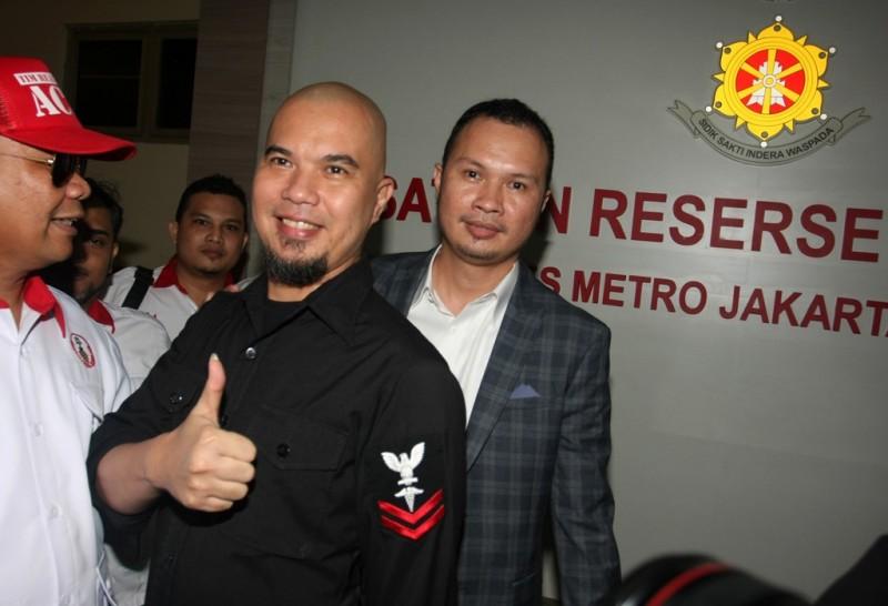 Tersangka kasus ujaran kebencian Ahmad Dhani (tengah) menjalani pemeriksaan di Polres Jakarta Selatan, Jakarta. Foto: Antara/Reno Esnir.