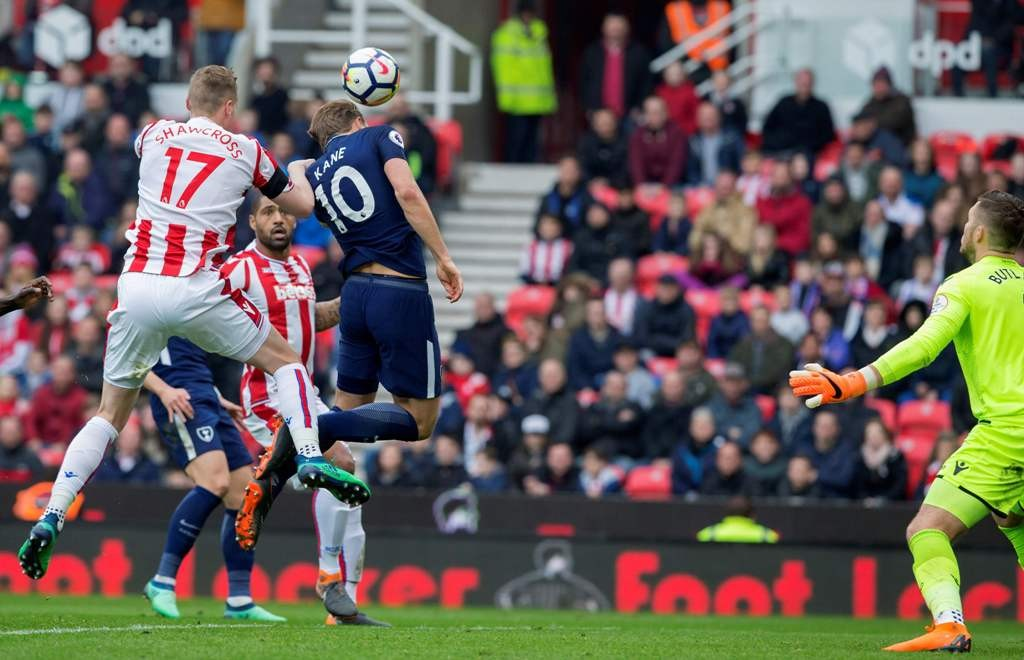 Momen saat bola tendangan bebas Christian Eriksen mengenai punggung Harry Kane saat Tottenham Hotspur vs Stoke City (Foto:  AFP PHOTO / Roland Harrison)