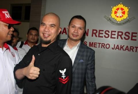 Ahmad Dhani (tengah) menjalani pemeriksaan di Polres Jakarta