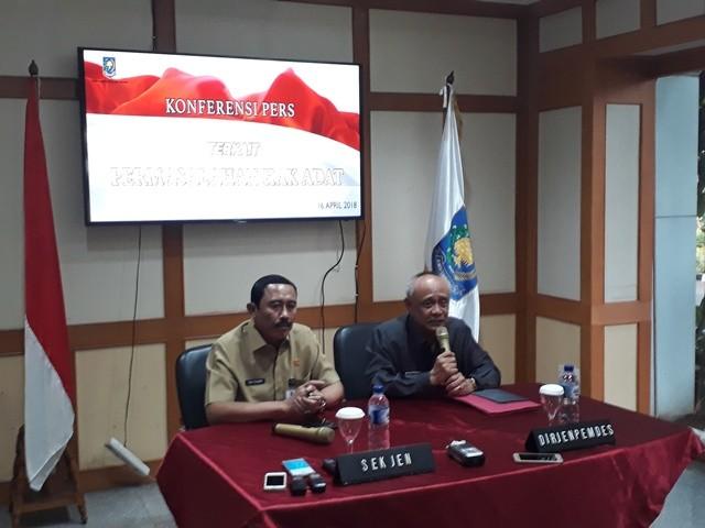 Sekjen Kemendagri Hadi Prabowo (kiri) bersama  Direktur Jenderal Bina Pemerintahan Desa Nata Irawan (kanan). Foto: M Sholahadhin Azhar/Medcom.id
