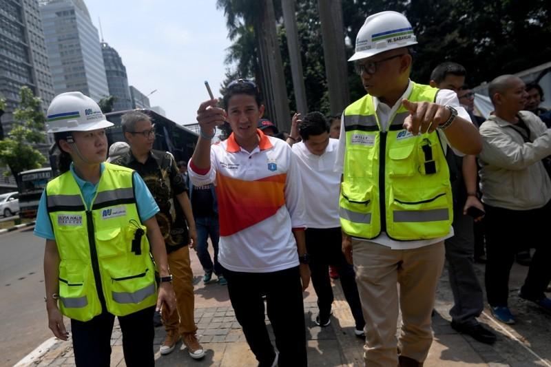 Wakil Gubernur DKI Jakarta Sandiaga Uno (ketiga kiri) meninjau pedestrian di kawasan Gelora Bung Karno, Jakarta. Foto: Antara/Sigid Kurniawan.