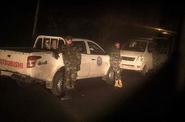 Pasukan pro pemerintah Suriah bersiaga di jalan raya antara