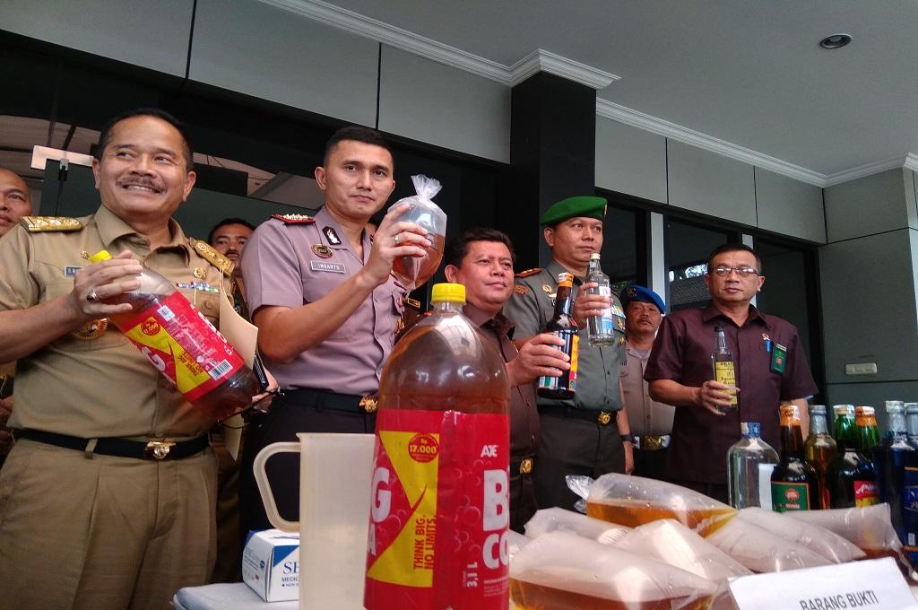 Kapolres Metro Bekasi dan jajaran pimpinan menunjukkan miras oplosan yang disita dalam razia, Senin, 16 April 2018, Medcom.id - Antonio