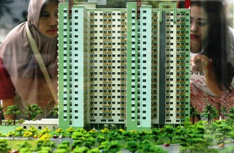 Warga melihat maket rusun Klapa Village, Jakarta Timur, yang