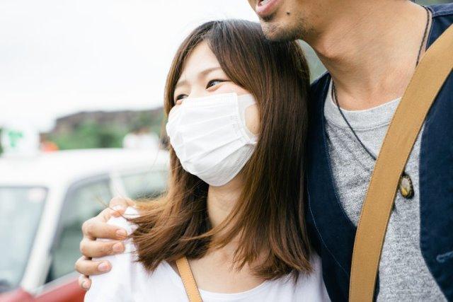 Jika Anda tidak memiliki masker atau tidak ingin memakai masker, berdiri setidaknya sejauh enam kaki dari orang yang terinfeksi akan melindungi diri Anda dari risiko tertular. (Foto: Courtesy of iStock)