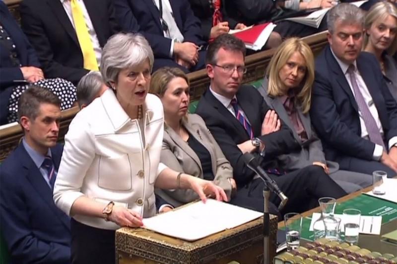 PM May menjelaskan mengenai keputusannya menyerang Suriah di hadapan parlemen Inggris di London, 16 April 2018. (Foto: AFP/PRU)