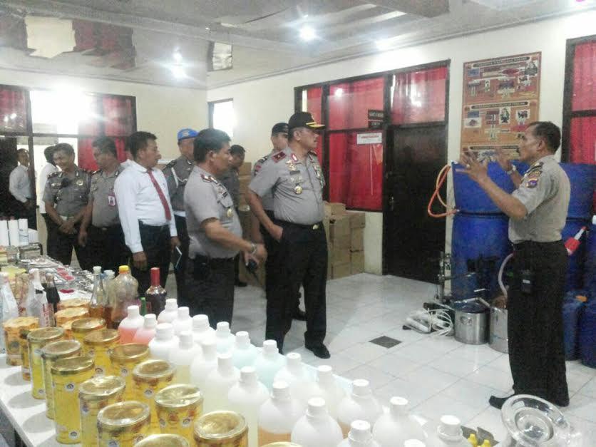 Minuman keras oplosan diracik dengan bahan larutan obat nyamuk merek baygon di pabrik kawasan Padang Tinggi, Kota Payakumbuh,Sumatera Barat, Selasa, 17 April 2018.