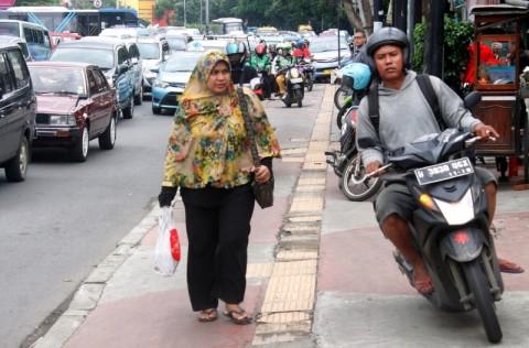 Sejumlah pengendara motor menerobos trotoar pejalan kaki di