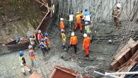 Proses evakuasi korban yang tertimbun longsoran material