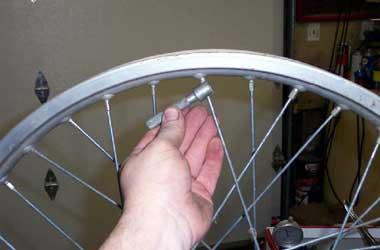 Pentingnya pengecekan berkala pelek sepeda motor jari-jari.
