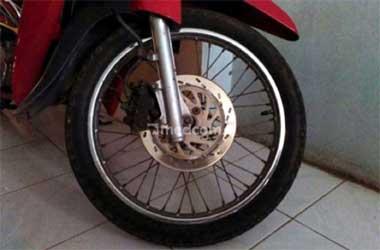 Cek berkala sistem pengereman sepeda motor agar bekerja optimal.