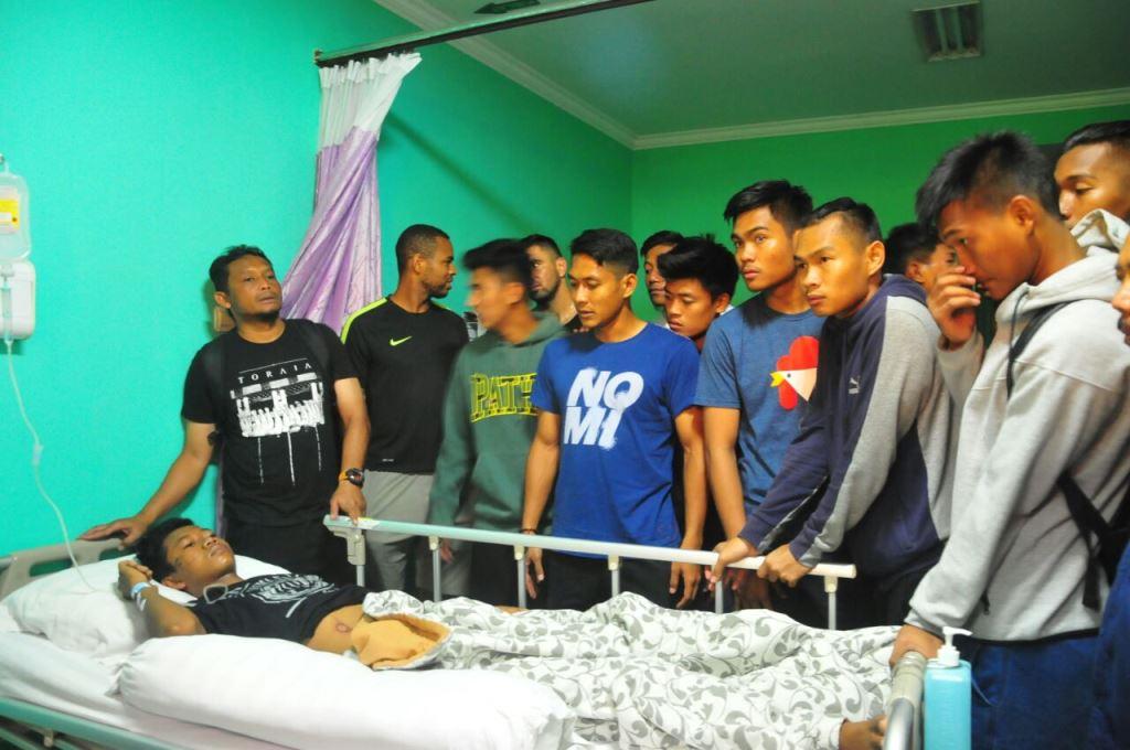 Para pemain dan tim pelatih Arema FC menjenguk korban kericuhan di Rumah Sakit Saiful Anwar (RSSA), Kota Malang. (Foto: medcom.id/Daviq Umar)