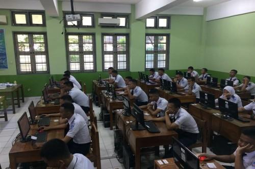 Beberapa siswa mengikuti UNBK 2018 di SMKN 29 Jakarta, Senin, 2