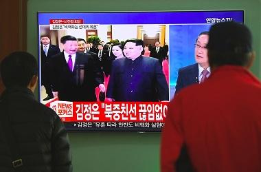 Warga Korsel menonton berita mengenai pertemuan Kim Jong-un