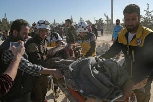 Warga Suriah yang terluka akibat serangan di Ghouta, dibawa oleh