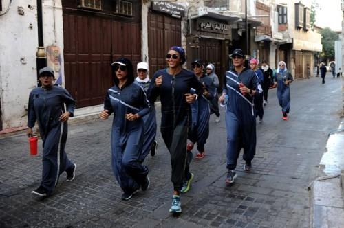 Perempuan Arab Saudi olahraga lagi dengan abaya (Foto: AFP).