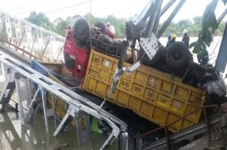 Truk di Jembatan Widang Dipotong Sebelum Dievakuasi