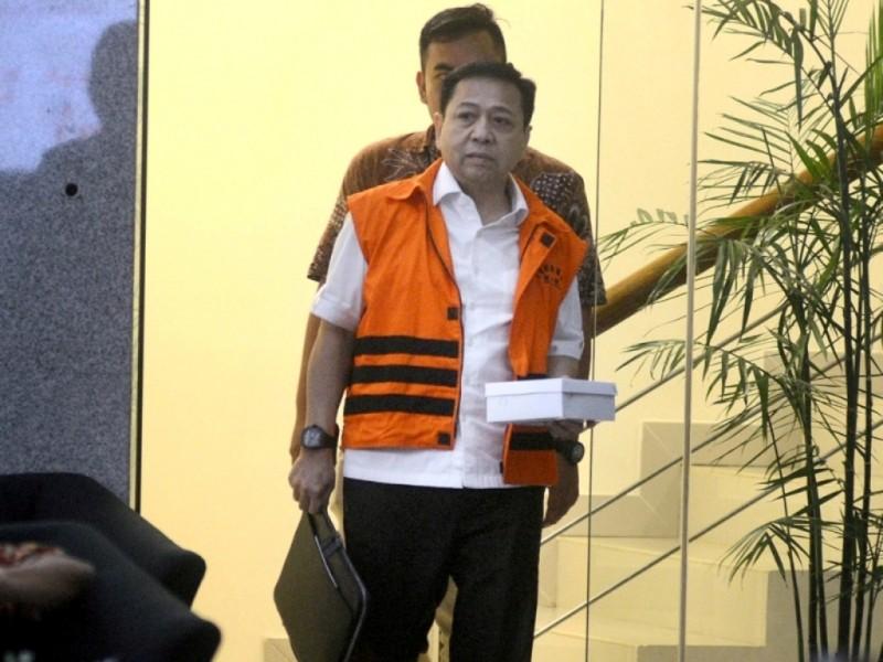 Mantan Ketua DPR Setya Novanto membawa nasi kotak seusai menjalani pemeriksaan lanjutan setibanya di Gedung Komisi Pemberantasan Korupsi (KPK), Rasuna Said, Jakarta, Senin (9/4). (Foto: MI/Susanto).