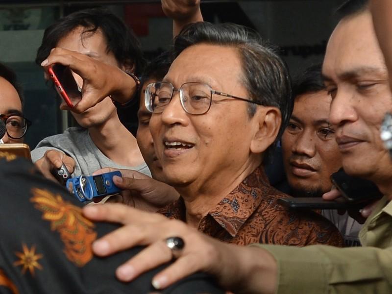 Mantan Wakil Presiden Boediono memasuki mobil seusai menjalani pemeriksaan di gedung KPK Jakarta, Kamis (27/12). (Foto: Antara/Wahyu Putro A).
