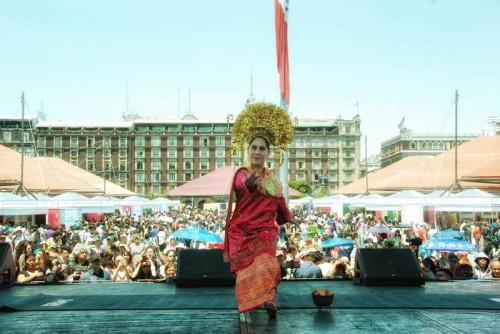 Seorang penari membawakan tarian khas Indonesia di Meksiko