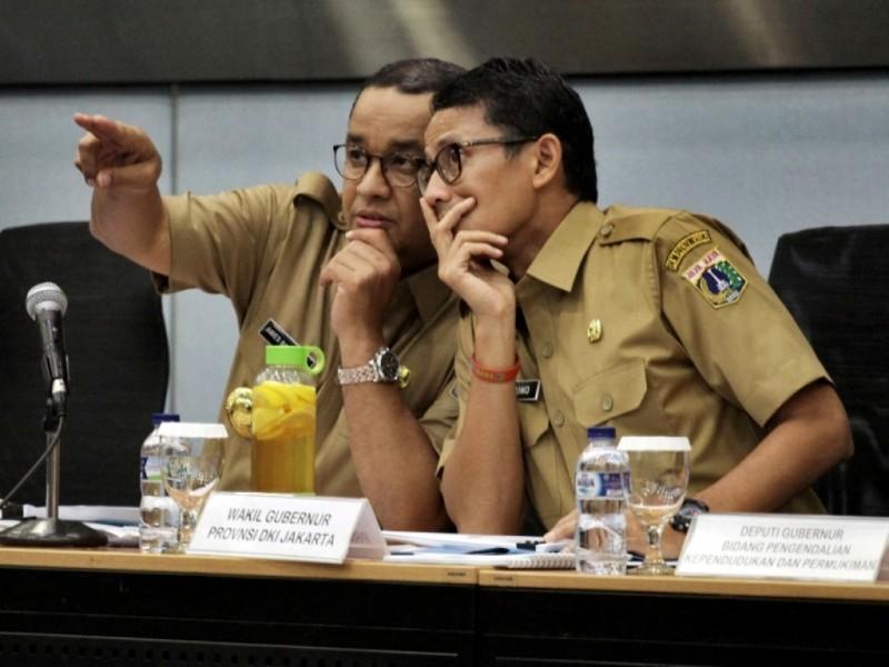 Gubernur DKI Jakarta Anies Baswedan (kiri) berbincang bersama Wakil Gubernur Sandiaga Uno (kanan) saat memimpin rapat bersama SKPD di Kantor Balai Kota DKI Jakarta, Selasa (17/10). (Foto: MI/Arizona Sudiro).