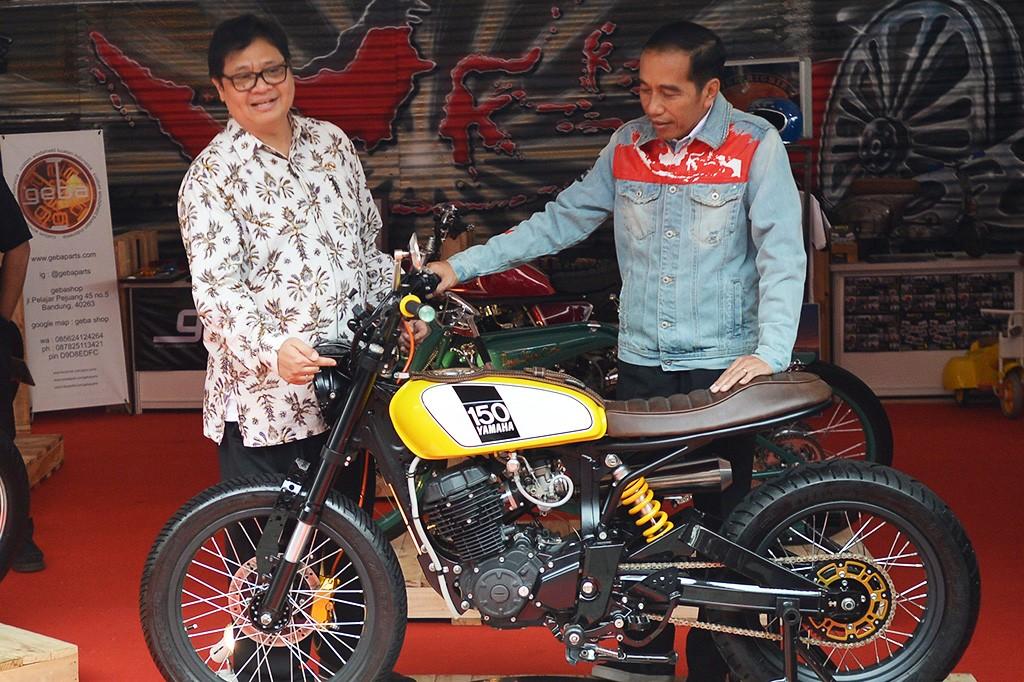 Pakai Jaket Denim Andalan, Jokowi Tinjau Pameran IIMS 2018