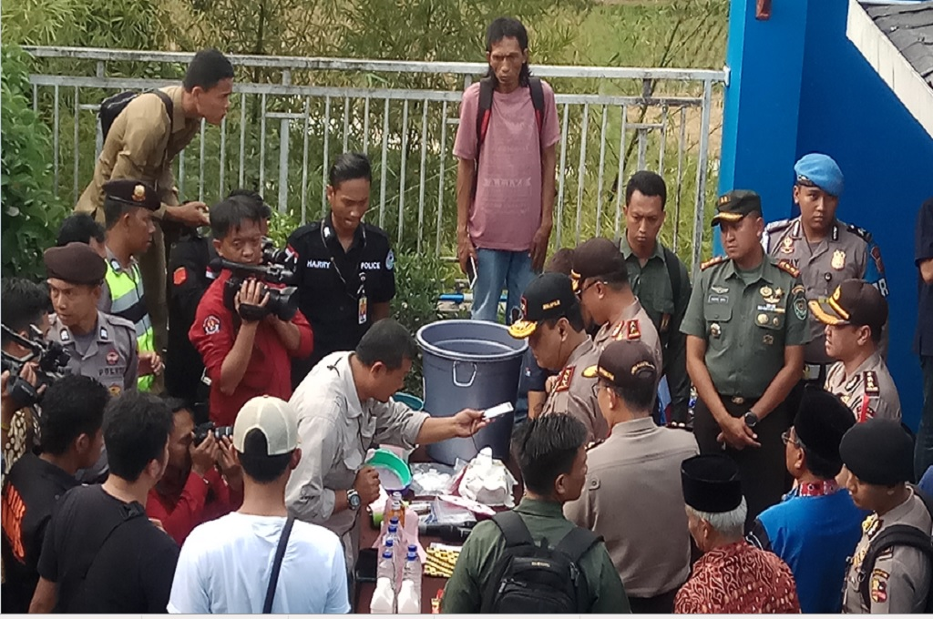 National Police deputy chief Syafruddin visits a bootleg liquor factory in Cicalengka on Thursday. (Photo: Medcom.id/Octavianus)