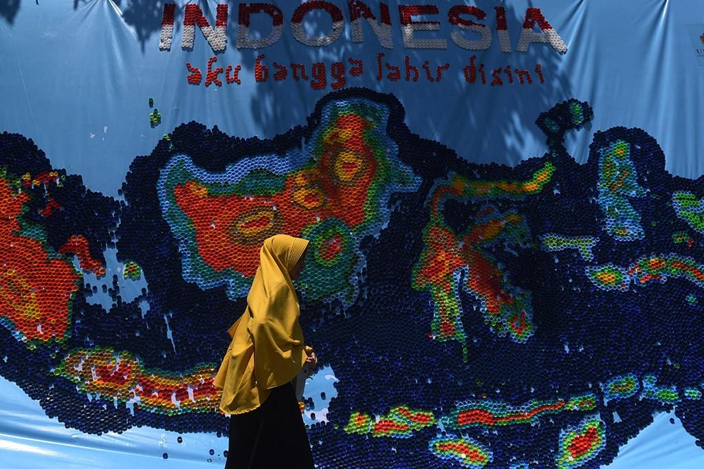 Hari Bumi, Mahasiswa Ubaya Buat Peta Indonesia dari Tutup Botol