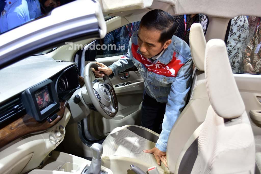 Presiden Joko Widodo melihat interior Suzuki Ertiga baru yang lebih mewah. Medcom/ A. Harry Budiawan