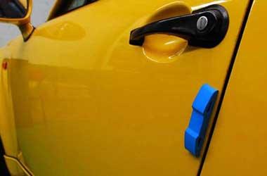 Pasang door guard untuk mencegah pintu lecet akibat terkena
