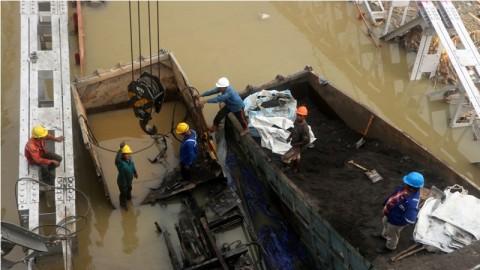 Dua Truk di Jembatan Widang Dievakuasi