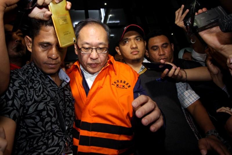 Tersangka kasus KTP elektronik, Made Oka Masagung, mengenakan rompi tahanan seusai menjalani pemeriksaan di KPK. Foto: Antara/Adam Bariq.