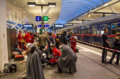 Korban kecelakaan kereta dirawat di peron Stasiun Salzburg,