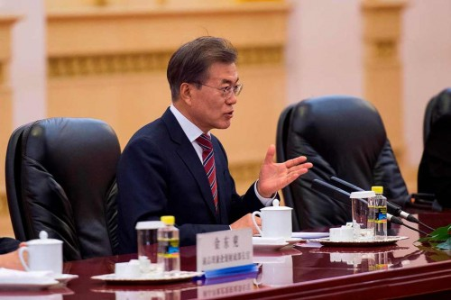 Presiden Korea Selatan Moon Jae-In berbicara dengan Kim Jong-un