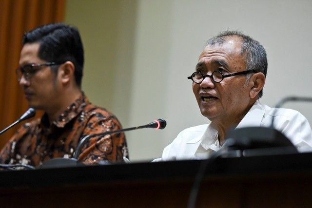 Ketua KPK Agus Rahardjo (kanan) didampingi Juru Bicara KPK Febri Diansyah (kiri) saat memberi keterangan terkait kasus korupsi ruang terbuka hijau di Kota Bandung. Foto: Antara/Hafidz Mubarak