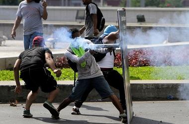 Pengunjuk rasa bentrok dengan polisi di Managua, Nikaragua, 20