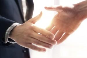 Benarkah Orang yang Berjabat Tangan dengan Mantap Lebih Pintar?