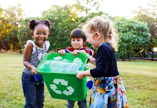 Membicarakan mengenai permasalahan lingkungan kepada anak-anak melatih anak untuk mencari solusi atas permasalahan lingkungan yang ada. (Foto: Courtesy of Rawpixel/Getty Images)