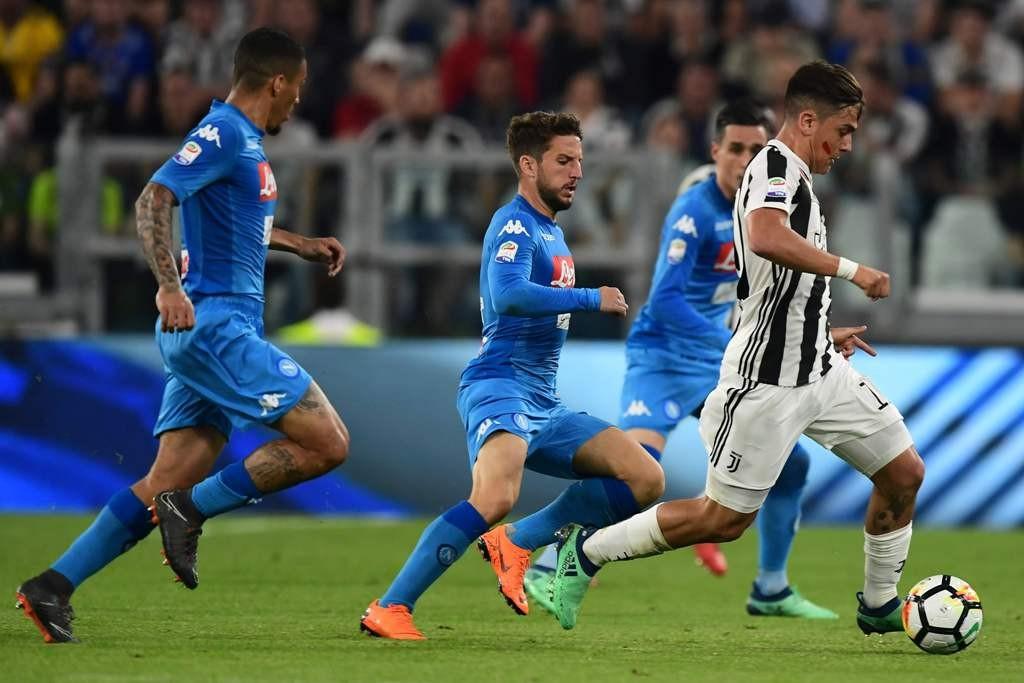 Paulo Dybala saat diapit oleh tiga pemain Napoli (Foto: AFP)
