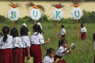 Hari Buku, Ratusan Anak SD di Solo Membaca di Sawah
