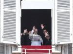 Paus Fransiskus Bagi-Bagi Es Krim untuk Warga Miskin di Roma