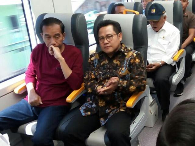 Presiden Jokowi (kiri) bersama Ketua Umum Partai Kebangkitan Bangsa (PKB) Muhaimin Iskandar. Foto: MTVN/Achmad Zulfikar Fazli.