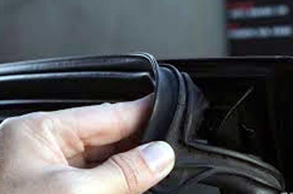 Ganti karet bodi mobil yang sudah rusak cegah air masuk ke dalam kabin. Gstatic