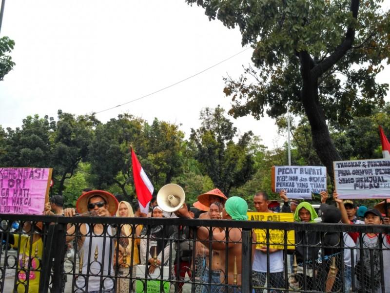 Warga Pulau Pari demo di kantor Gubernur DKI - Medcom.id/Nur Azizah,