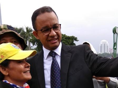 Gubernur DKI Anies Baswedan berswafoto dengan petugas kebersihan/Medcom.id/Fachri