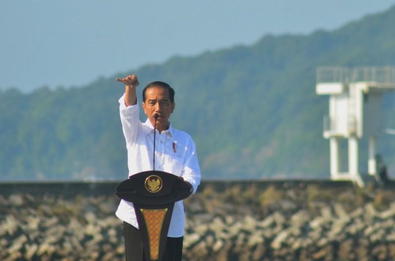 Presiden Joko Widodo memberikan sambutan saat peresmian keramba jaring apung di Pelabuhan Cikidang, Pangandaran, Jawa Barat. Foto: Antara/Adeng Bustomi.