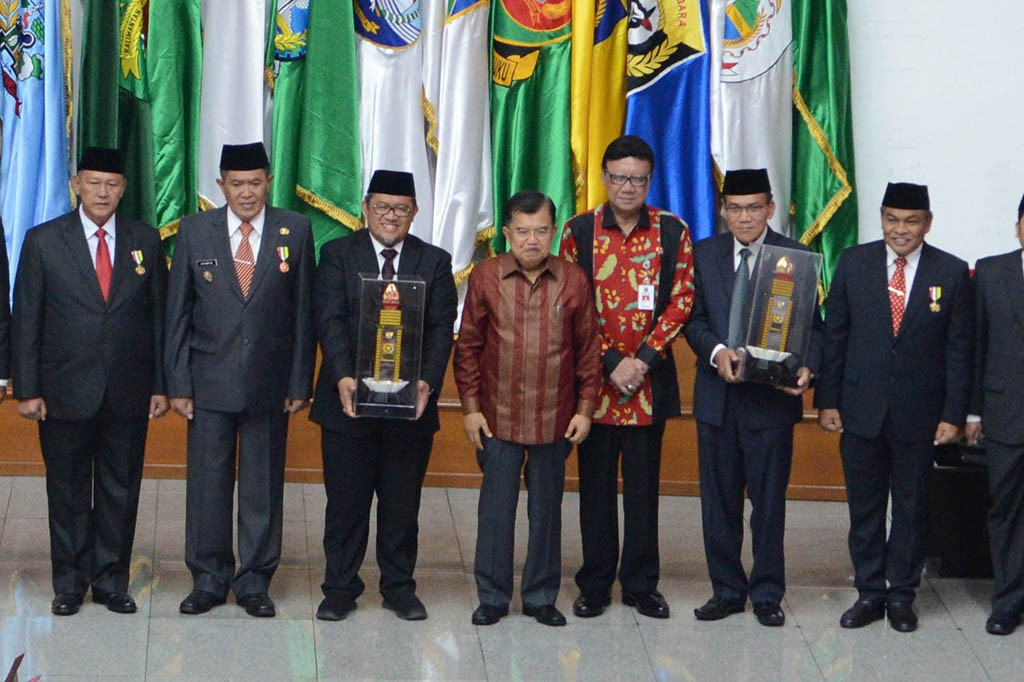 JK Beri Penghargaan untuk 7 Kepala Daerah Berprestasi